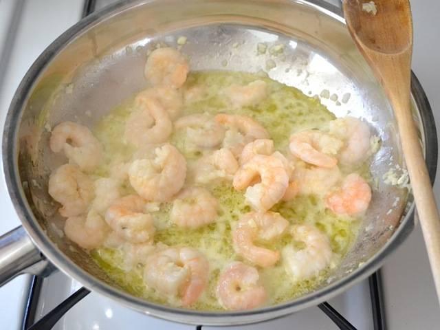 3. Жарьте креветки с чесноком не более 5 минут, затем снимите с огня. Креветки с чесноком выложите на отдельное блюдо. Сковороду с маслом оставьте, в ней будем готовить соус.