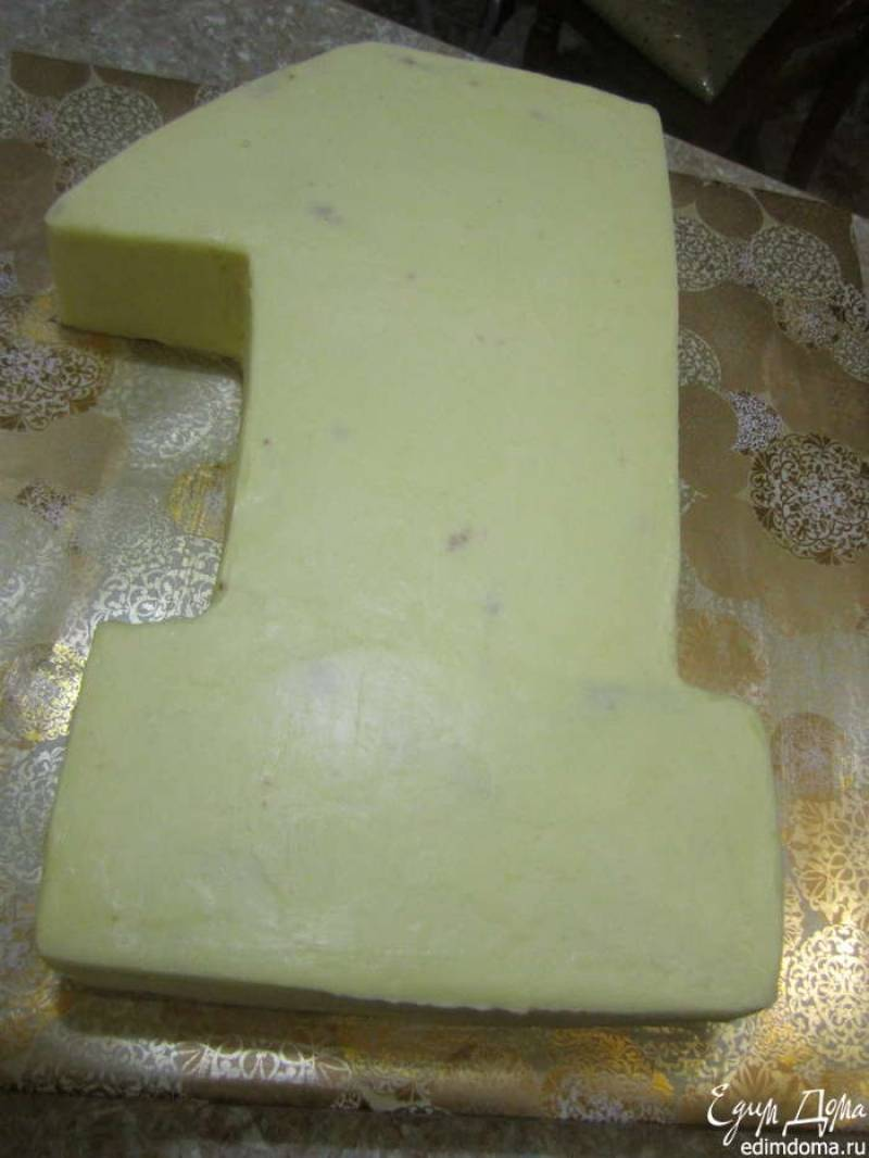 7. Отправить торт в холодильник. Через 2-3 часа можно продолжить работу. Приготовить масляный крем - сливочное масло взбить со сгущенкой. Наложить тонким слоем несколько раз. Последний раз разровнять.
