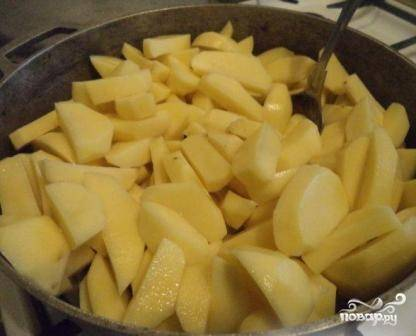 Отправляем картофель в казан и доливаем воды или бульона. Количество воды зависит от вас: можно меньше, можно больше. Я добавила примерно 250 мл.