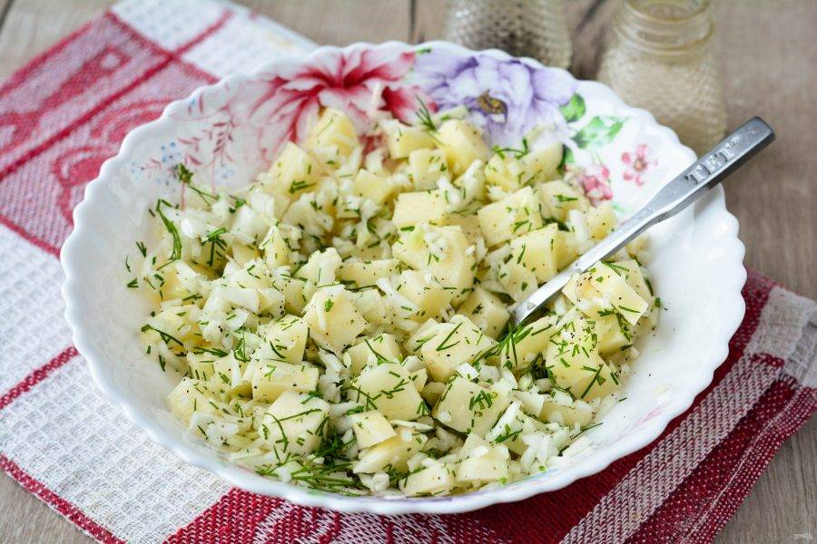 Перемешайте картофельную начинку и она готова. Капуста придаст начинке большую сочность.