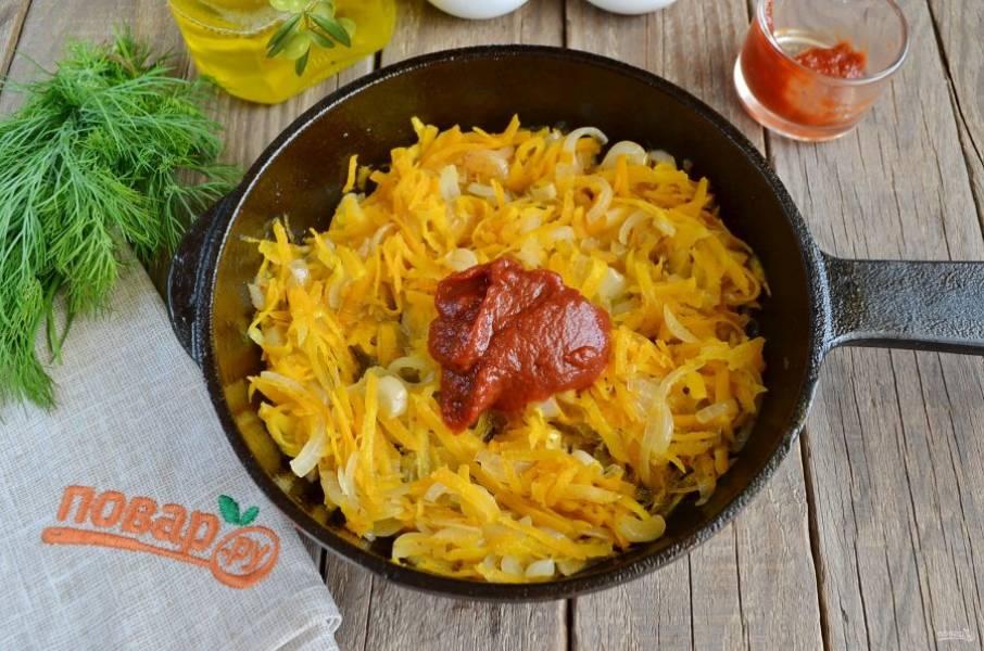 Жареные овощи готовы, добавьте к ним пару ложек томатной пасты, перемешайте и протомите еще пару минут на плите.
