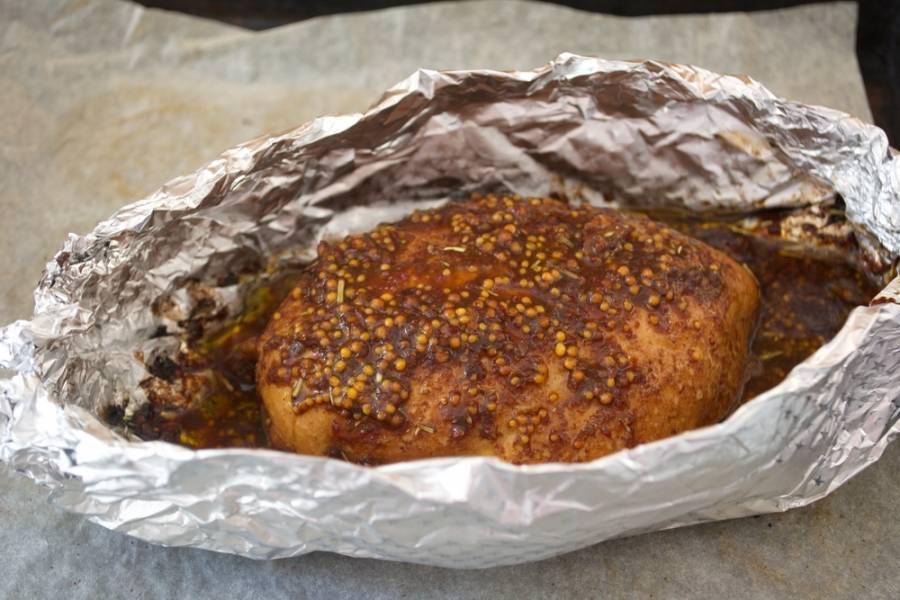 Из фольги сделайте лодочку. Поместите в нее нафаршированное филе. Разогрейте духовку до 200 градусов. Запекайте мясо в духовке 25 минут.