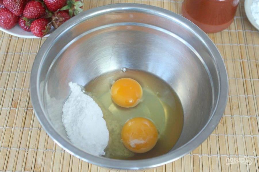 Готовим сметанную заливку. В миску насыпаем сахарную пудру и вбиваем 2 яйца.