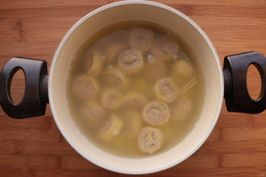 Опустите в суп охлажденные ленивые пельмени, варите еще 5 минут.