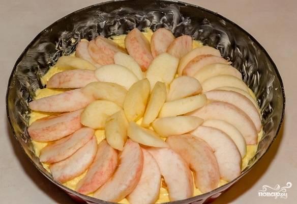 8. Распределите их сверху теста и при желании сбрызните соком лимона.