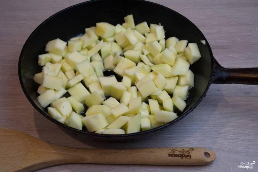 На растительном масле обжарьте кабачки до образования румяной корочки.