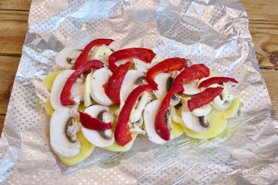 Выложите болгарский перчик. Можно нарезать помидоры. Зимой помидоры не слишком хорошо подходят для запекания. Можно их не использовать.