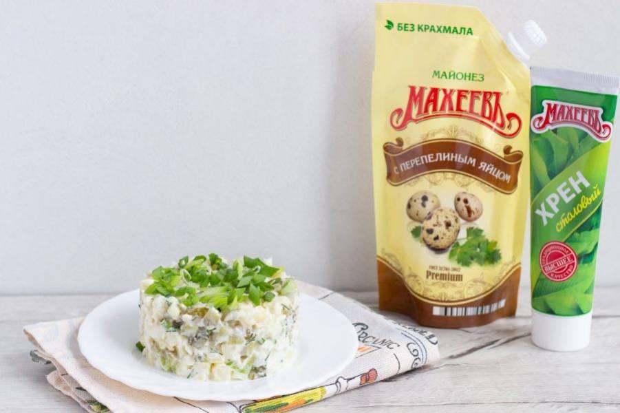 Наш салат готов! Можно подавать в салатнике или выложить порционно с помощью форм, украсив свежей зеленью.