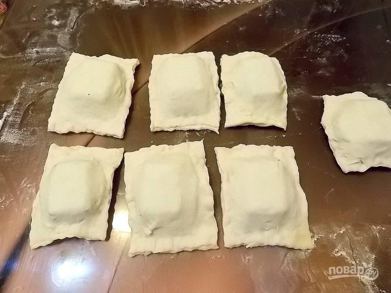 Накройте полосы с печеньем не намазанной полоской, закрепите края. Разрежьте на сегменты и прижмите края разреза. Поставьте в теплое место на 25 минут.