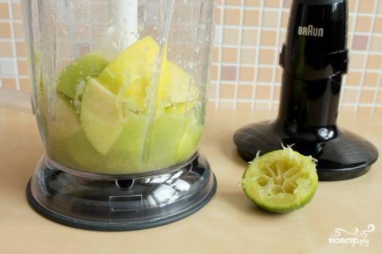 Туда же добавляем нарезанные и очищенные яблоки и сок половины лайма. Вновь измельчаем до однородности.
