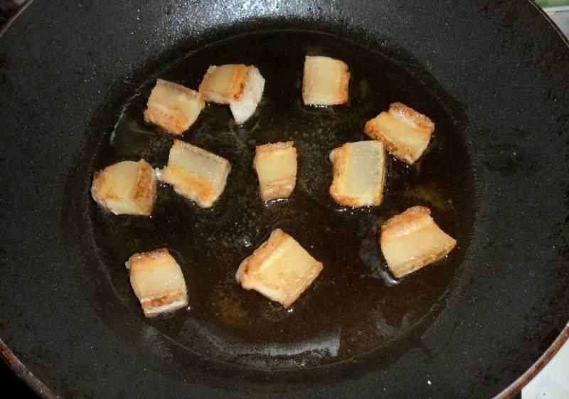 Первым делом необходимо нарезать небольшой кусочек сала на кубики, кинуть их на разогретую сковородку и вытопить жир.