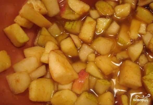Яблоко и груши хорошо помойте. Нарежьте их на мелкие кусочки, смешайте с сахаром и корицей. Немного дайте настояться фруктам.