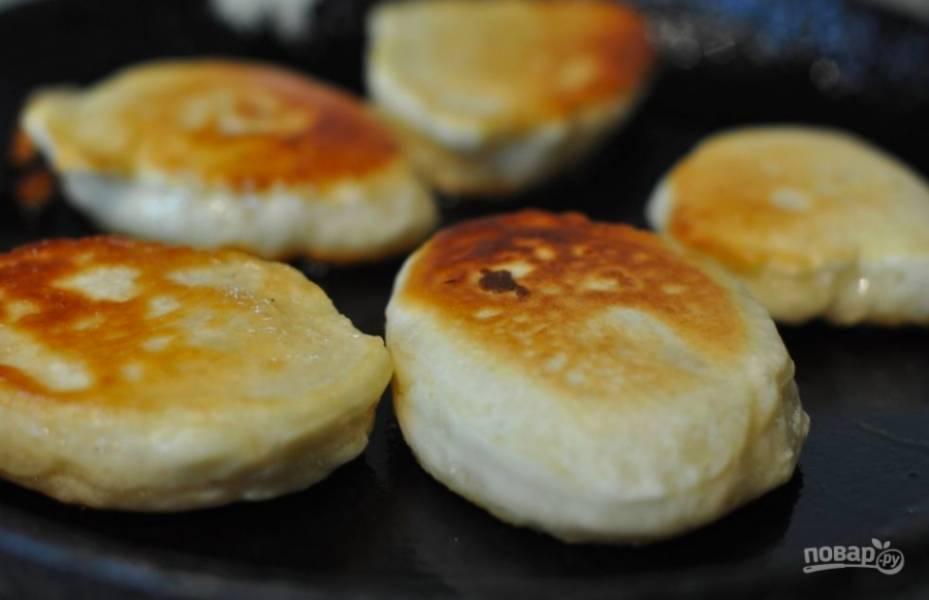 Через отведенное время греем сковороду с растительным маслом, выкладываем оладьи ложкой и жарим с обеих сторон до золотистой корочки. Готовые можно выложить на салфетку, чтоб удалить лишнее масло.