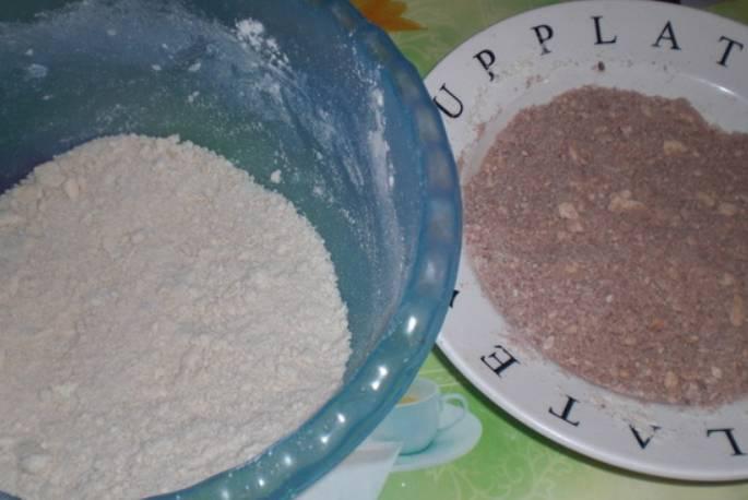 Муку смешиваем с сахаром, разрыхлителем и маргарином. Растираем массу в крошку и делим на две части. В одну часть добавляем какао.