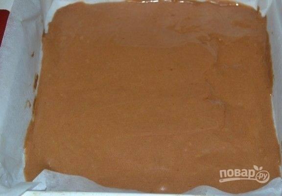 4. Вылейте тесто на противень, застеленный пергаментом. Отправьте противень в разогретую до 180 градусов духовку и выпекайте корж 8-9 минут.