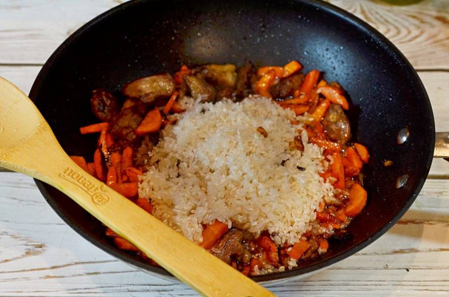 7. Добавьте рис и хмели-сунели.