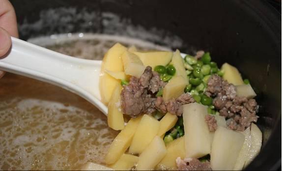 """2. дальше добавим картошку, предварительно замоченный горох, и воду. В режиме """"Тушение"""" держим 1 час и 30 минут."""