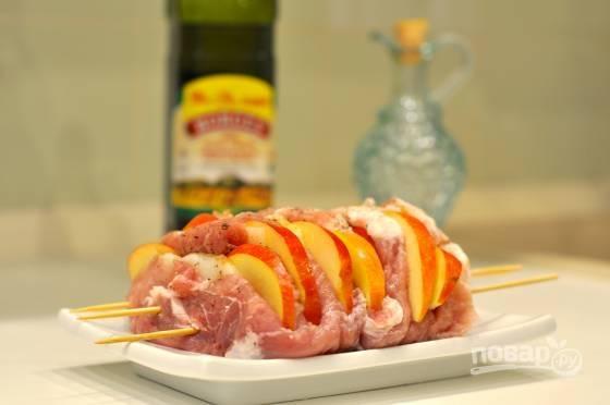 4. В полученные отверстия выложите яблоки и сало. Поперчите, добавьте специи по вкусу.