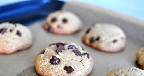 Придаем тесту форму печенья, выпекаем его в духовке 20 минут, температура — 190 градусов.