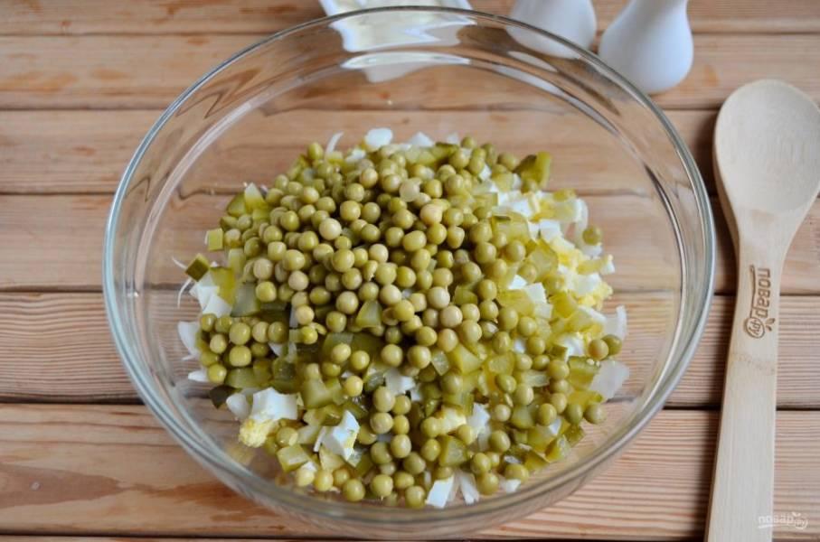 С горошка слейте жидкость, добавьте его в салатник к остальным ингредиентам.