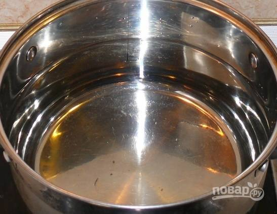1. В кастрюлю влейте 2.5-3 литра воды и поставьте её на огонь.