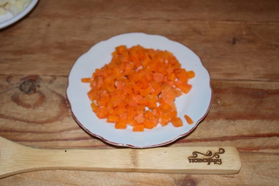 Так же нарежьте и отварную морковь.