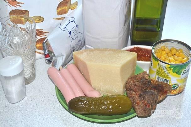 В начинку я буду использовать сосиски, запеченную свинину, кукурузу, маринованный огурчик. Кроме этого мне понадобится томатный соус и сыр.