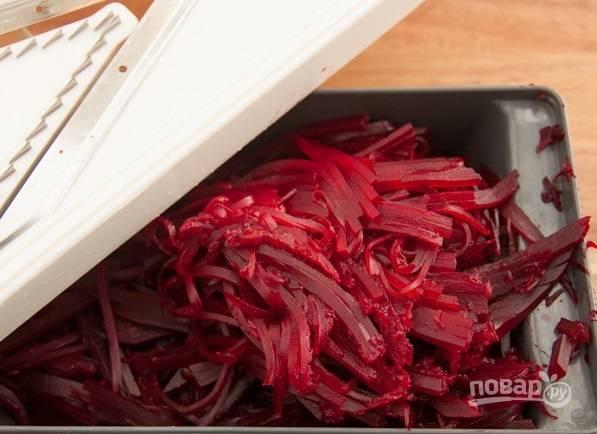 2. Натрите ее на терке и выложите в глубокий салатник.