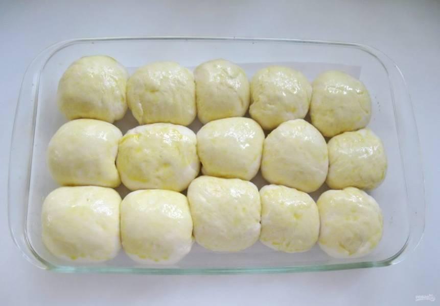 Дайте булочкам постоять при комнатной температуре 30-40 минут. За это время они поднимутся. После смажьте желтком.