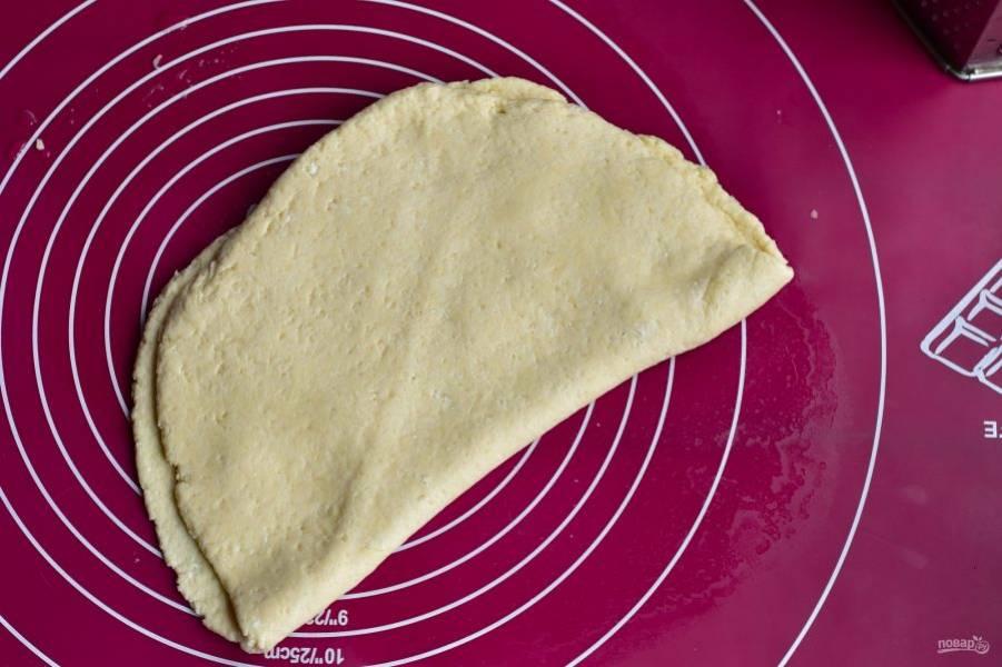 Второй половиной теста накройте сыр.
