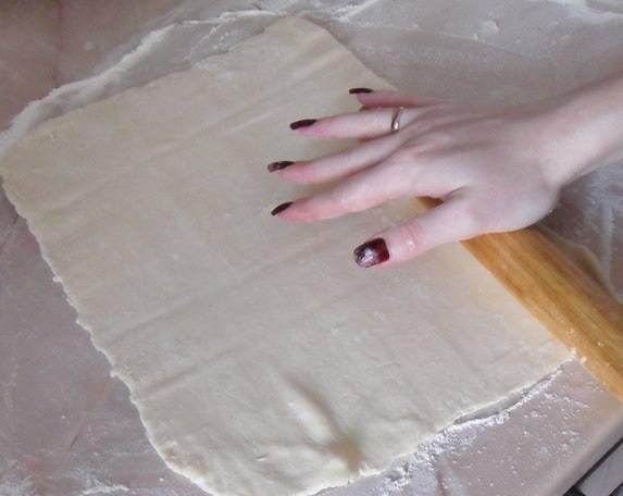 4. Второй пласт теста также тонко раскатать на рабочей поверхности.