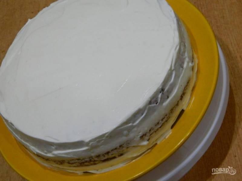 Таким образом соберите торт. Поставьте его в холодильник на несколько часов, а лучше на ночь, чтобы он пропитался.
