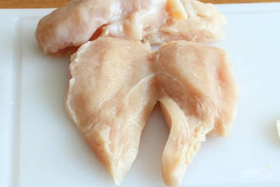 1.Вымойте мясо, разрежьте каждое филе вдоль на 2 части.