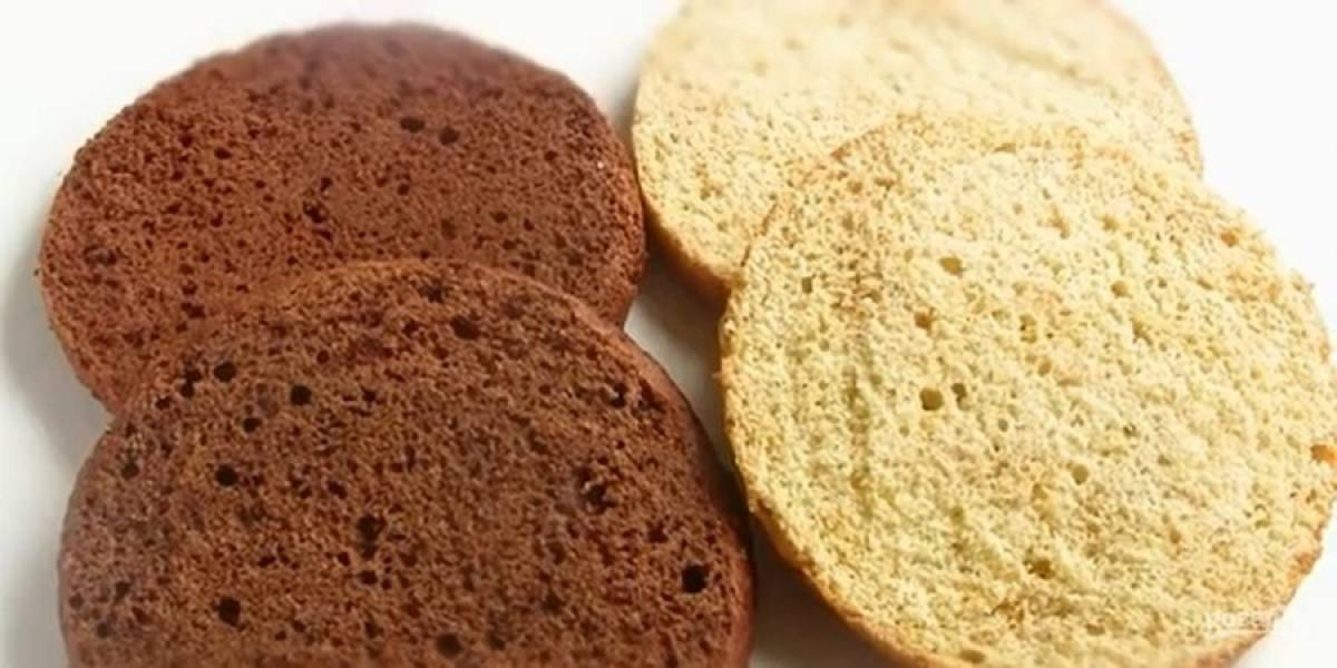 3. Аналогичным образом испеките шоколадный бисквит. Разрежьте каждый корж пополам. Приготовьте крем: сливочное масло комнатной температуры взбейте миксером, затем частями добавьте сгущенку комнатной температуры.