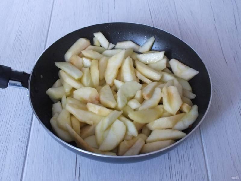 """Переложите яблоки в сковороду. Обжаривайте яблоки на среднем огне до мягкости, но не допустите, чтобы дольки превратились в """"кашу""""."""