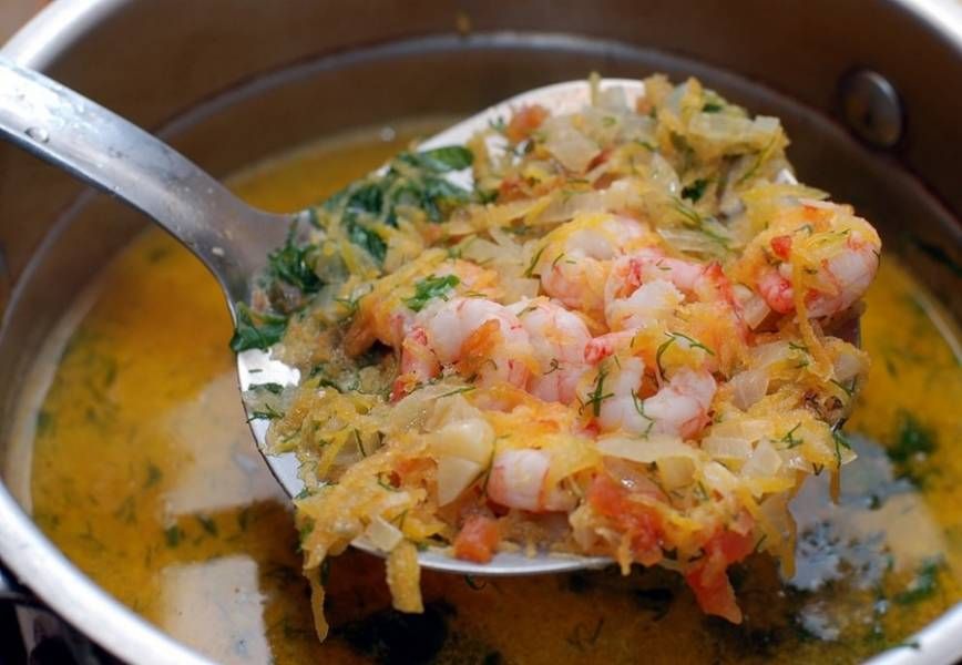 7. Следом добавить овощи. При необходимости всыпать еще соль и специи. Варить рыбный суп с морепродуктами в домашних условиях на медленном огне около 3-5 минут. Перед подачей выложить на тарелку кусочек рыбы и добавить суп.