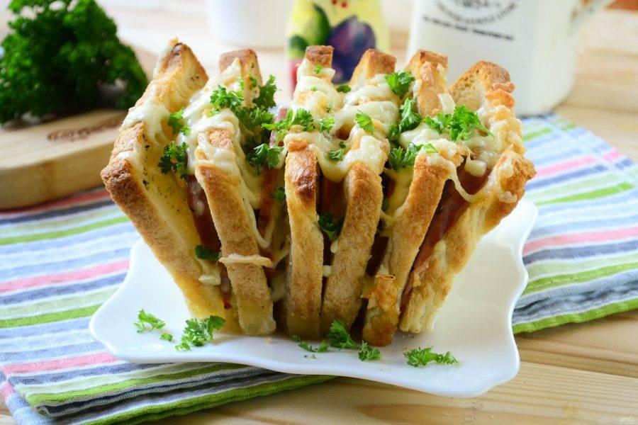 Горячие бутерброды готовы. Подавайте их в виде гармошки и кушайте с удовольствием!