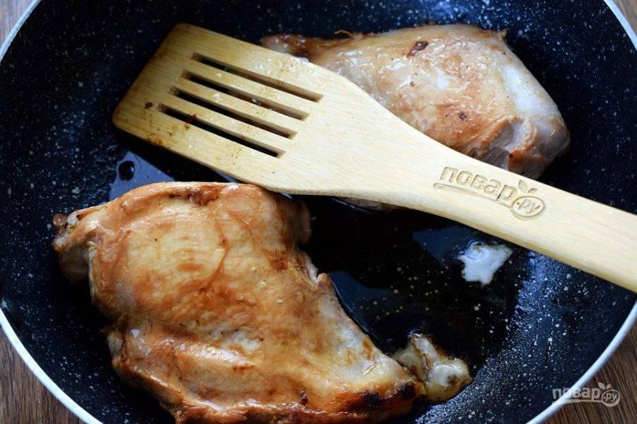 Куриные грудки помойте и обсушите. Обжарьте на разогретом оливковом масле с двух сторон по 6 минут.