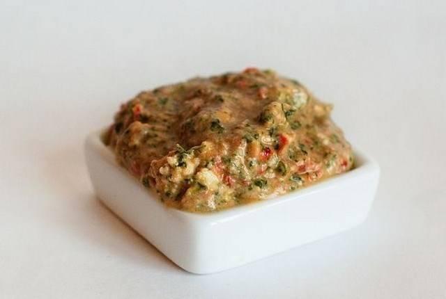 3. Теперь приготовим начинку. Измельчим в блендере для этого помидоры, сыр и зелень. Сюда же - отварные яйца, порезанные как можно меньше. Тщательно перемешаем, добавим специи по вкусу.