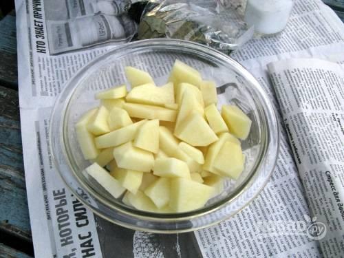 Пока варится рыбный бульон, почистите оставшуюся луковицу и картофель, вымойте и нарежьте картофель (крупно) и лук (кубиками).