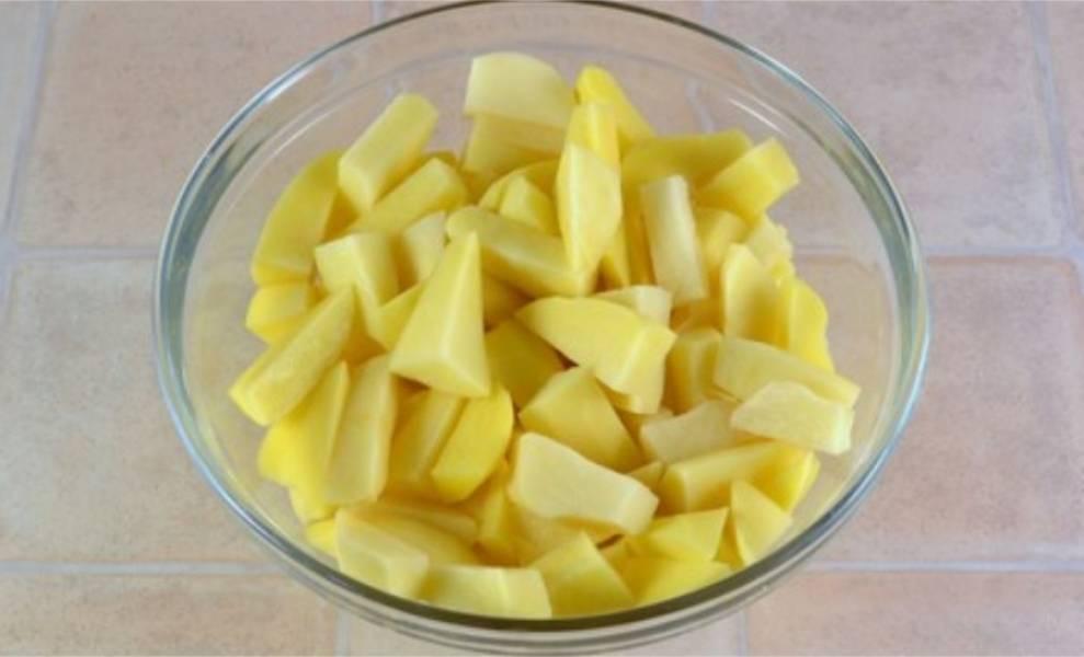 1. Картофель очистите от шкурки и порежьте на кусочки среднего размера.