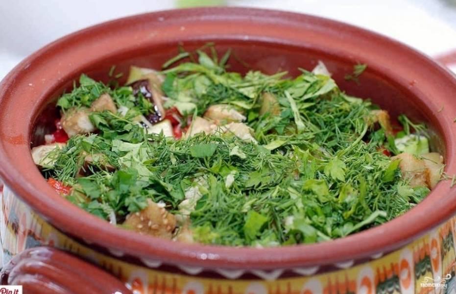 5. В самом конце посыпаем зеленью и добавляем немного воды, чтобы овощи не подгорели. Отправляем горшочки в духовку на 30 минут.