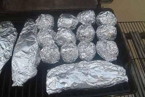Рыбу отправить запекаться на гриле на 40-50 минут. Можно запечь и картофель.