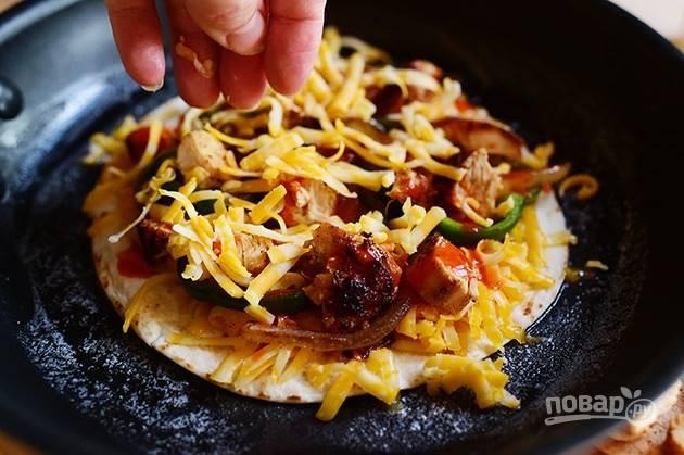 6. Посыпьте все тертым сыром.