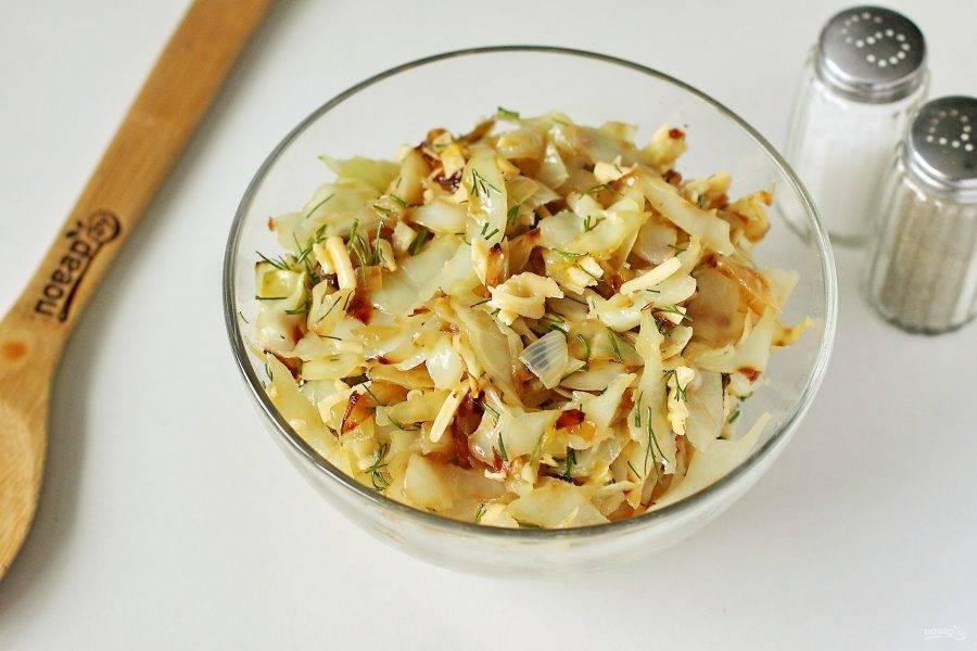 К остывшей капусте добавьте тертый сыр, измельченную зелень и перемешайте.