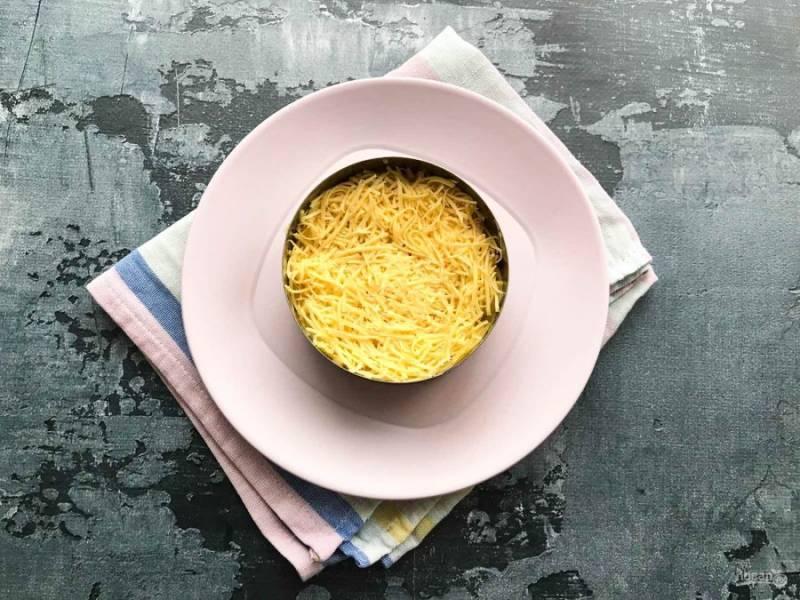 Сыр натрите на мелкой терке и выложите поверх яблок.
