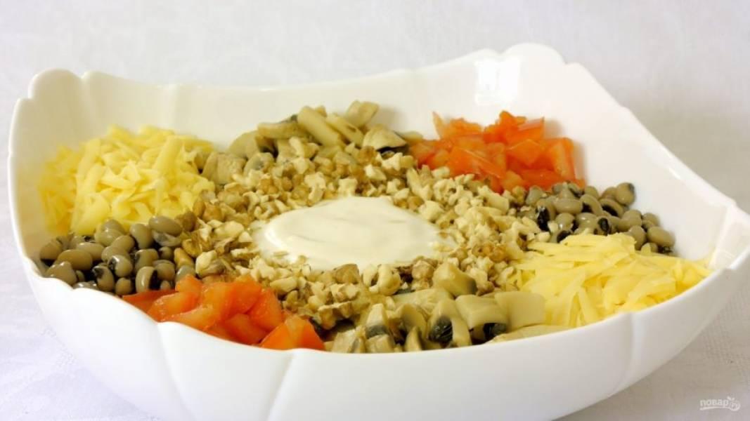 3.  На центр салата выложите майонез и посыпьте рублеными обжаренными грецкими орехами. Подав салат на стол, перемешайте его. Приятного аппетита!