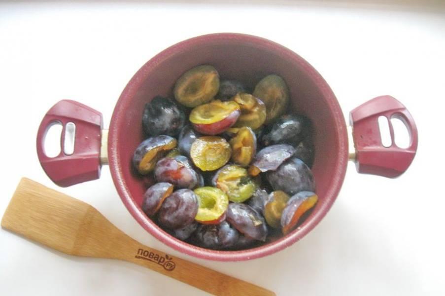 Выложите сливы в кастрюлю с толстым дном и налейте воду. Поставьте кастрюлю на плиту.