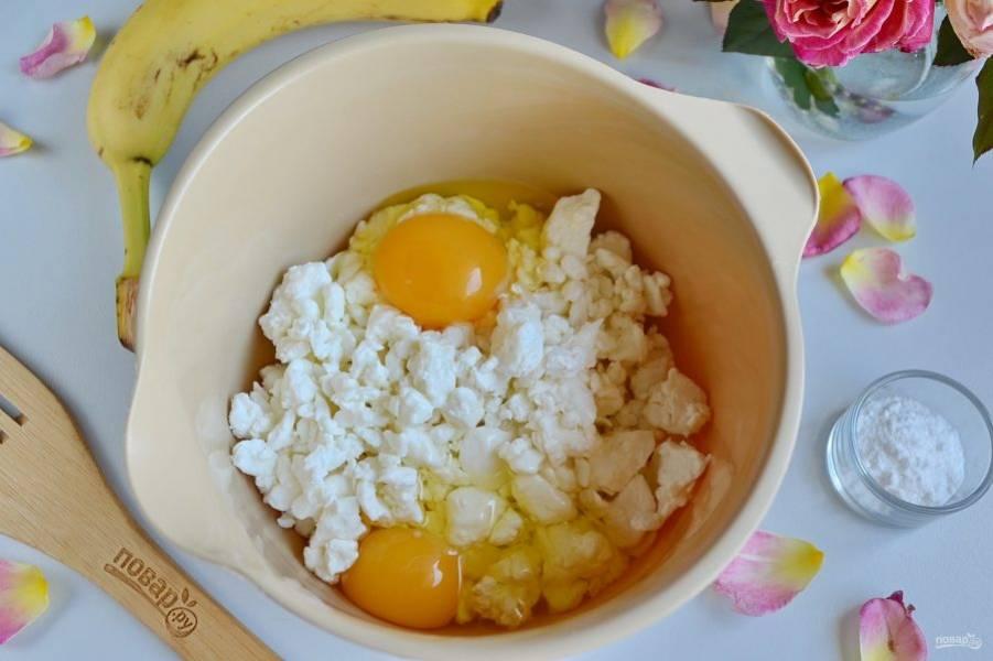 Творог соедините с яйцами. Смешайте блендером или миксером до однородной массы.