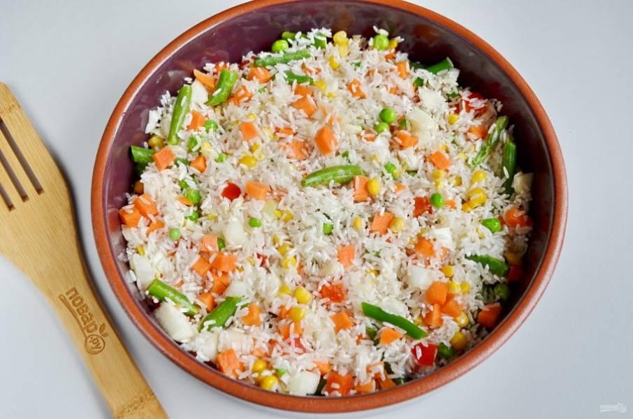 Форму смажьте растительным маслом. Распределите рис и овощи.